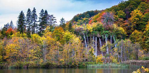 Herfstkleuren. Watervallen bij de Plitvicemeren, Kroatië