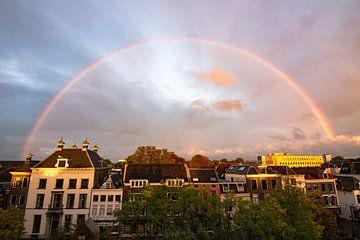 Regenbogen über der Oude Gracht von Lucas De Jong