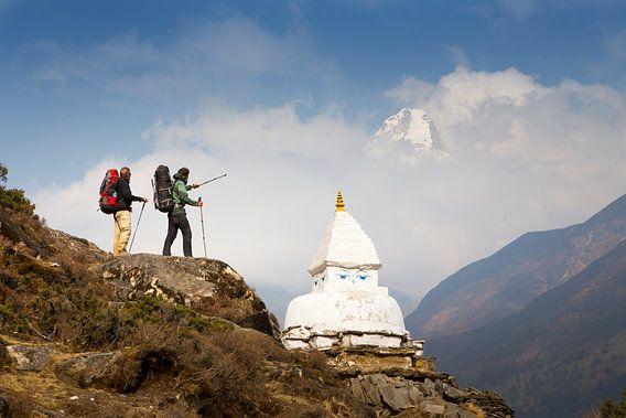 Bergwandelaars met Boeddhistische Stupa op Everest Base Camp Trek in Nepal van Menno Boermans