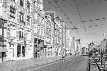 Rokin straat en gracht in Amsterdam tijdens een zonnige ochtend in zwart wit van Sjoerd van der Wal