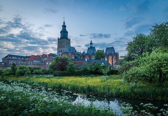 Walburg kerk in blue hour van Francis de Beus