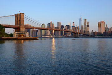 Brooklyn Bridge in New York vlak na zonsopkomst sur Merijn van der Vliet