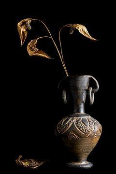 Transition : Nature morte atmosphérique fleurs séchées dans un vieux vase sur Tessa Louwerens