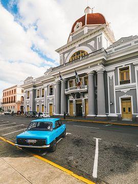 Blauer Oldtimer-Wagen vor dem Rathaus von Cienfuegos, Kuba von Michiel Dros