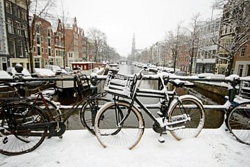 Amsterdam enneigée en hiver avec la Westerkerk sur Nisangha Masselink