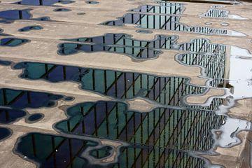 Groene en blauwe reflecties in water sur Michel van Kooten