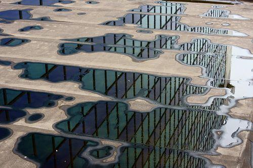Groene en blauwe reflecties in water