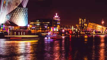 Panoramisch nachtzicht van Amsterdam over het Oosterdok (IJ) op Nemo, A'DAM LOOKOUT en Klimmuur Cent van Sander de Vries