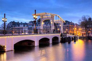 Magere brug blauwe uur