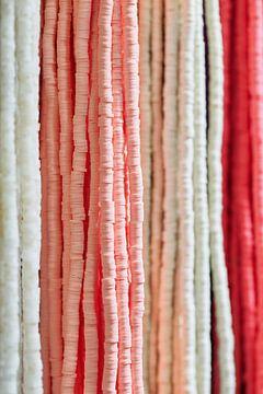 snaren van modieuze kralen met subtiele pastelkleuren van Tony Vingerhoets