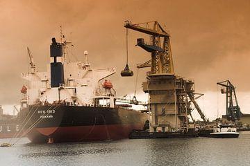 Schip uit Panama wordt geladen in de haven van Amsterdam van Diewerke Ponsen