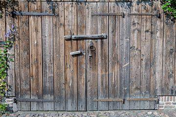 Oude schuurdeur Drenthe serie 2 van 3 van R Smallenbroek