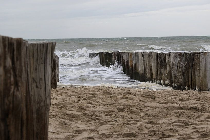 golfbrekers met golven op het strand van westkapelle van Frans Versteden