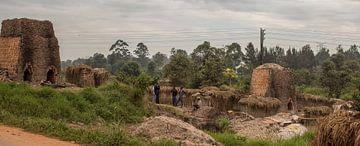 Bakstenen bakken in Afrika van Mariette Kapitein