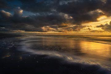 Strand bij zonsondergang van Jeroen Lagerwerf