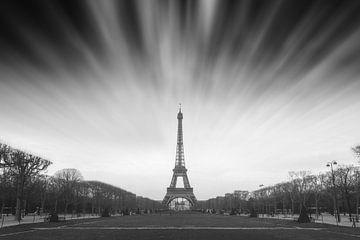 Eiffeltoren Parijs wolken zwartwit van Dennis van de Water