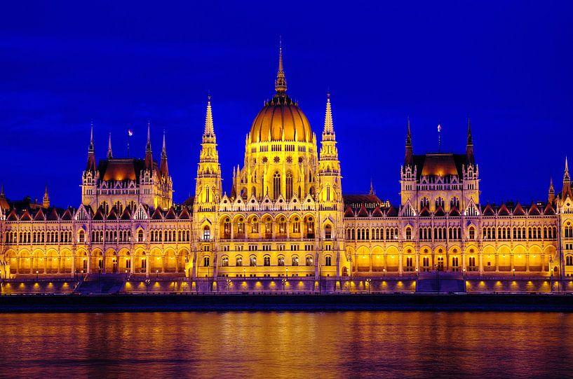 Hongaars Parlementsgebouw bij het vallen van de avond sur Mike Bing