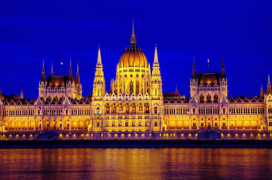 Hongaars Parlementsgebouw bij het vallen van de avond van Mike Bing