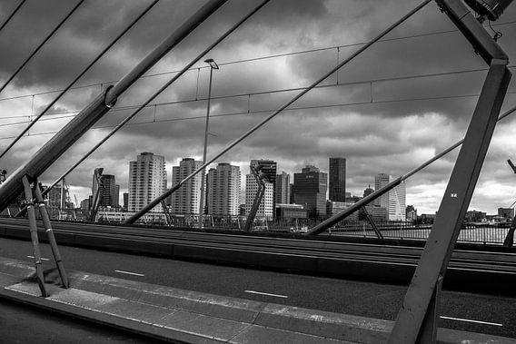 Skyline Rotterdam vanaf Erasmusbrug van Bart Veeken