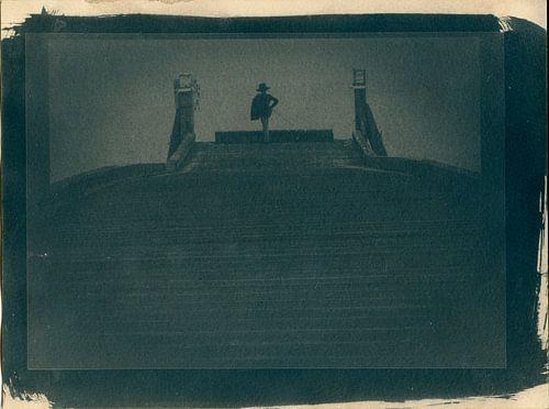 El Kid, jongen als piraat of zeeheld op een pier bij het water van
