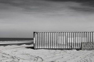 Container op het strand von pieter musterd