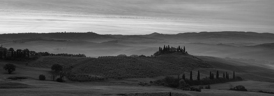 Monochrome Tuscany in 6x17 format, Podere Belvedere in ochtendmist II van Teun Ruijters