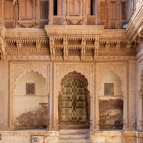 Deur in het Fort van Jodhpur van Jan de Vries