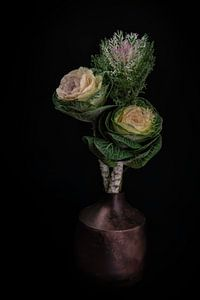 """Stilleven Brassica in een vaas """"Hollandse pot"""" van Marjolein van Middelkoop"""