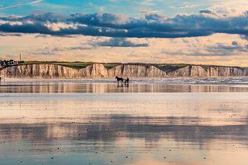 Spiegelend strand en de kliffen van Ault aan de Franse Picardie kust von
