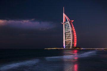 Burj al Arab, avondfoto rood uitgelicht hotel van