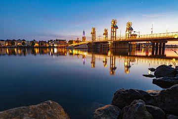 Stadsbrug over de IJssel in Kampen na zonsondergang van Sjoerd van der Wal