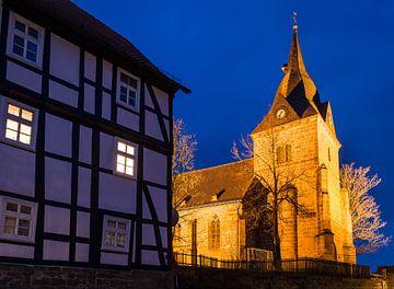 Verlichte kerk in het dorp Landau, Bad Arolsen, Bad Arolsen. van Christian Müringer