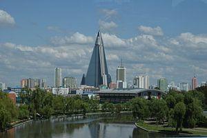 Ryugyonghotel, Pyongyang, Noord-Korea van Harold de Groot