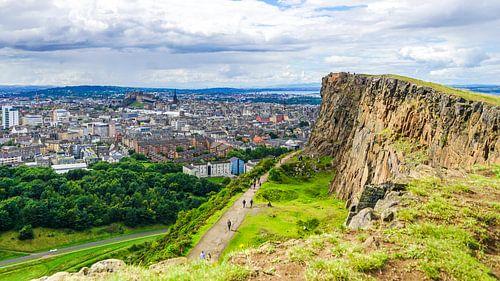 Wandelen met uitzicht over Edinburgh van