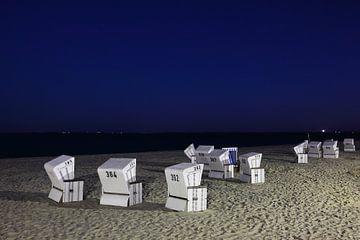 Strandstoelen op Sylt bij nacht