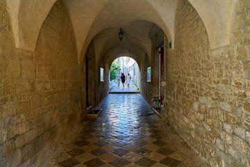 Touristen in einer Passage