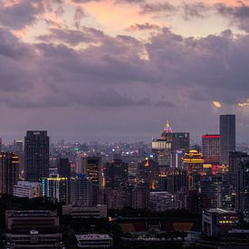 Uitzicht over de skyline van Taipei (Xinyi) met een paarse lucht in de avond net na zonsondergang van Michiel Dros