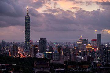 Blick über die Skyline von Taipeh (Xinyi) mit einem violetten Himmel am Abend kurz nach Sonnenunterg