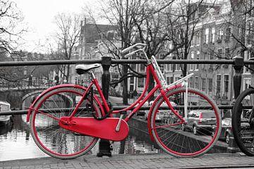 rotes Fahrrad auf Brücke von Kim van Dam