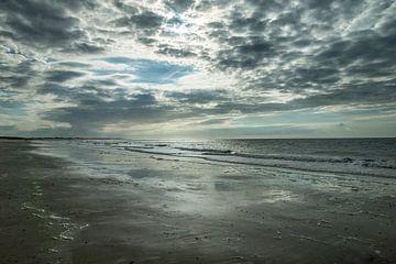 La plage de Zélande avec les nuages sur Bianca Boogerd