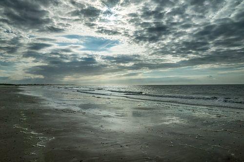 Strand Zeeland met wolkenlucht