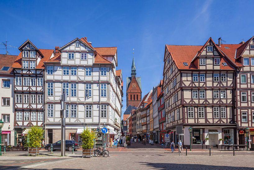 Oude stad met vakwerkhuizen en marktkerk op de Holzmarkt met uitzicht in de Kramerstrasse, Hannover, van Torsten Krüger