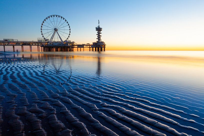 Scheveningse pier in zonsondergang van Sander Hupkes