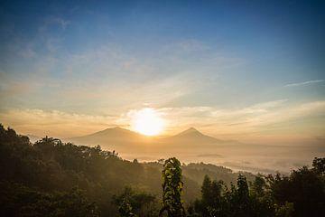 Sonnenaufgang am Setumbu Hügel - Yogyakarta, Indonesien von Thijs van den Broek