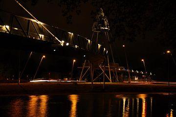 Fietsbrug nabij Drachten centrum in het donker. van Mariëtte Plat