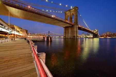 Brooklyn Bridge in New York over de East River in de avond