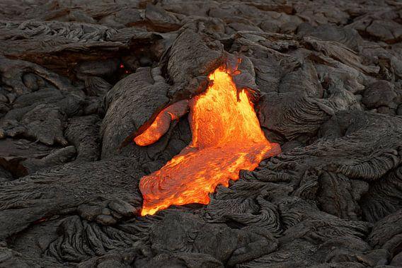 Lava fließt aus einer Erdspalte