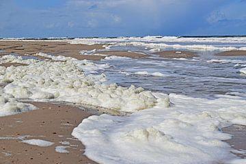 Meeresschaum am Strand in Zoutelande von Judith Cool
