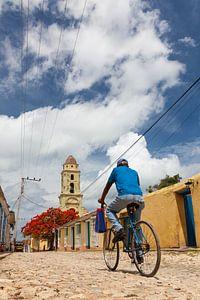 Man op fiets in Trinidad, Cuba van