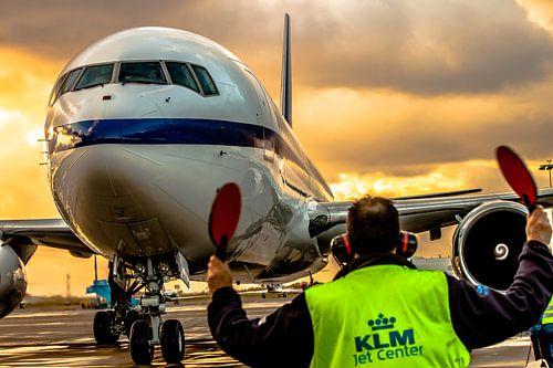 Boeing 767 binnengeloodst tot op z'n parkeerplek op Schiphol oost van